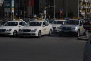 Taxis warten auf Kundschaft vor dem Hauptbahnhof Graz (Steiermark, Österreich)